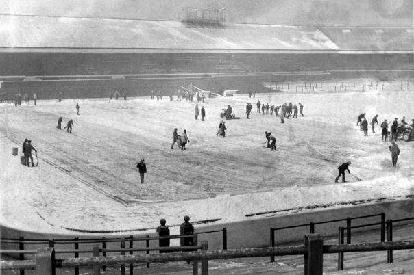 ecsImgBlackburn-Rovers-Ground-under-clearance-Ground-staff-volunteers-and-school-kids-clearing-away-the-snow-before-the