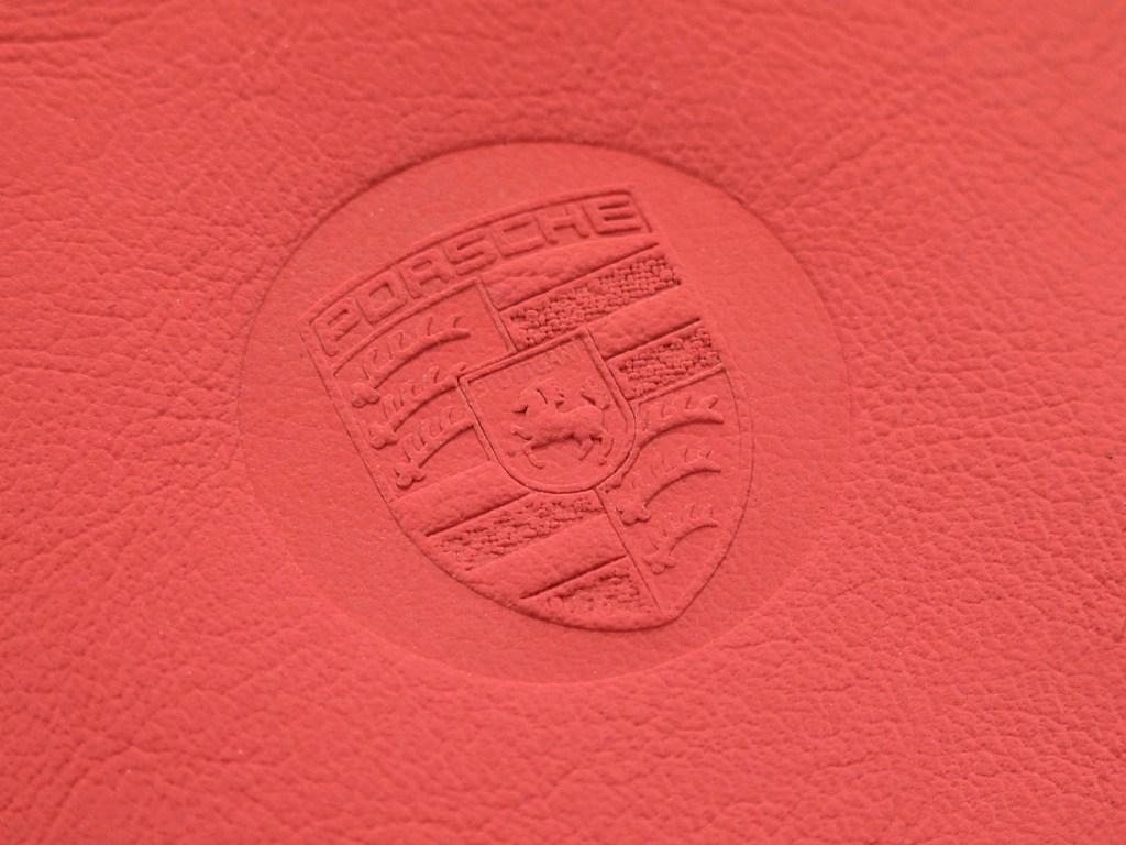 Тиснение логотипа Порше