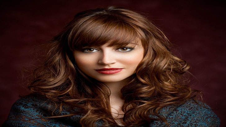 A Guide To Curly Hairstyles With Bangs