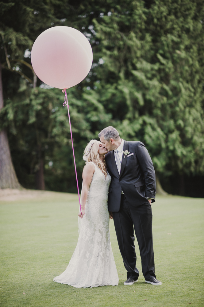 Glen Acres Golf Club wedding in Seattle | Big balloon photo prop for wedding | Perfectly Posh Events, Seattle Wedding Planner | Barrie Anne Photography