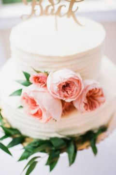 Glen Acres Golf Club   Seattle   Seattle Wedding Planner   Perfectly Posh Events   Barrie Anne Photography   Butter and Bloom   Simple and chic wedding cake with pink David Austin Garden Roses