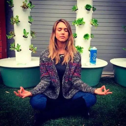 Jessica Alba yoga