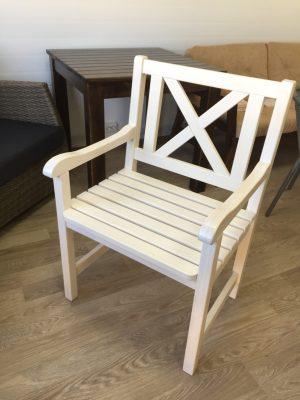 Красивое кресло из дерева