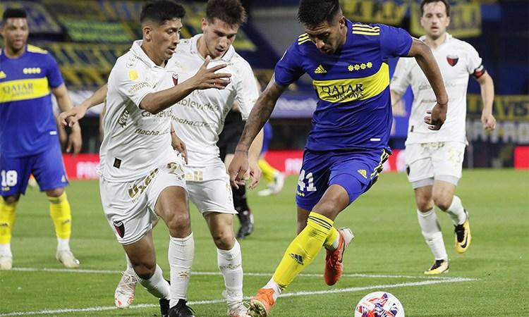 Boca superó a Colón y sigue en la pelea