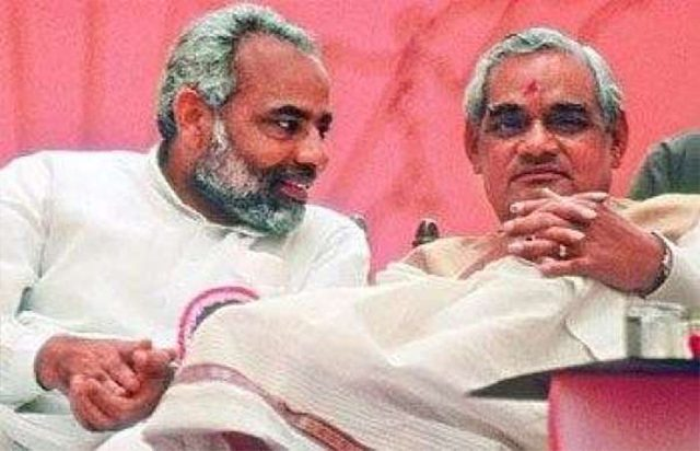 Vajpayee sharing the stage with Narendra Modi in New Delhi in May 1998. Photograph by Bhawan Singh