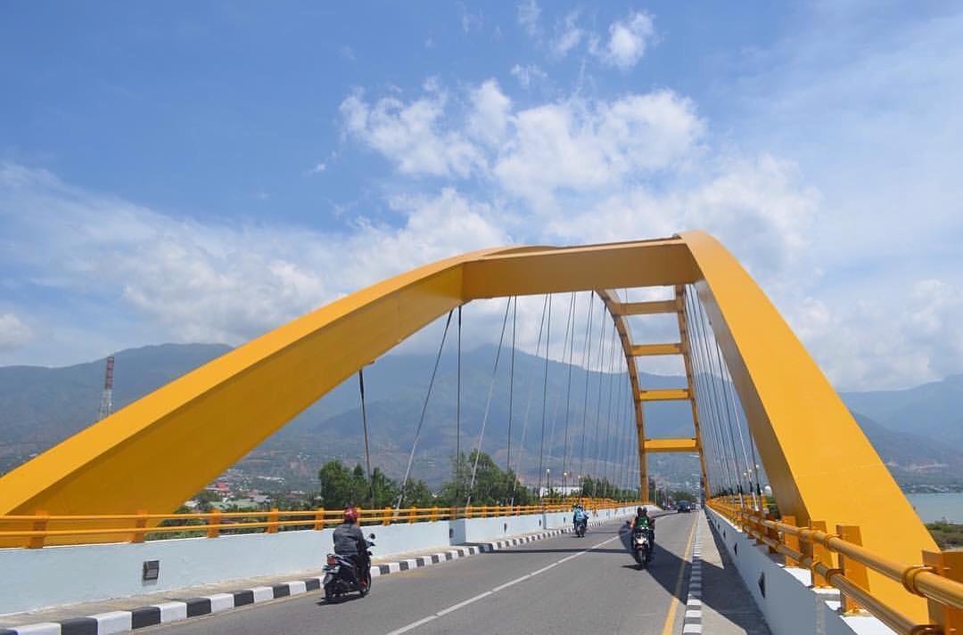 Jembatan dengan warna dominan kuning ini adalah salah satu ikon Palu via @agungyudhabathara