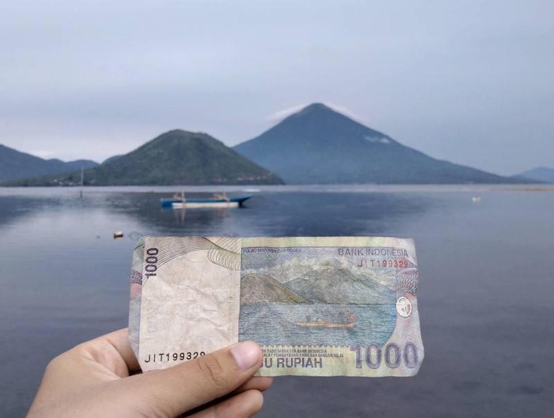 Pantai Fitu Ternate yang ada di mata uang kertas 1000 via @wawaysrn