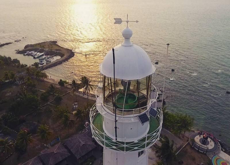Merupakan lokasi favorit wisatawan untuk melihat sunset negeri barat pulau Jawa via @dronecilegonserang