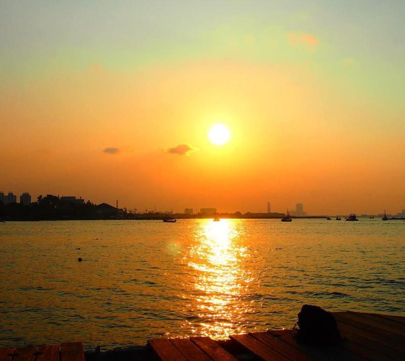 Pemandangan matahari terbenam di Pantai Ancol via @aycahya