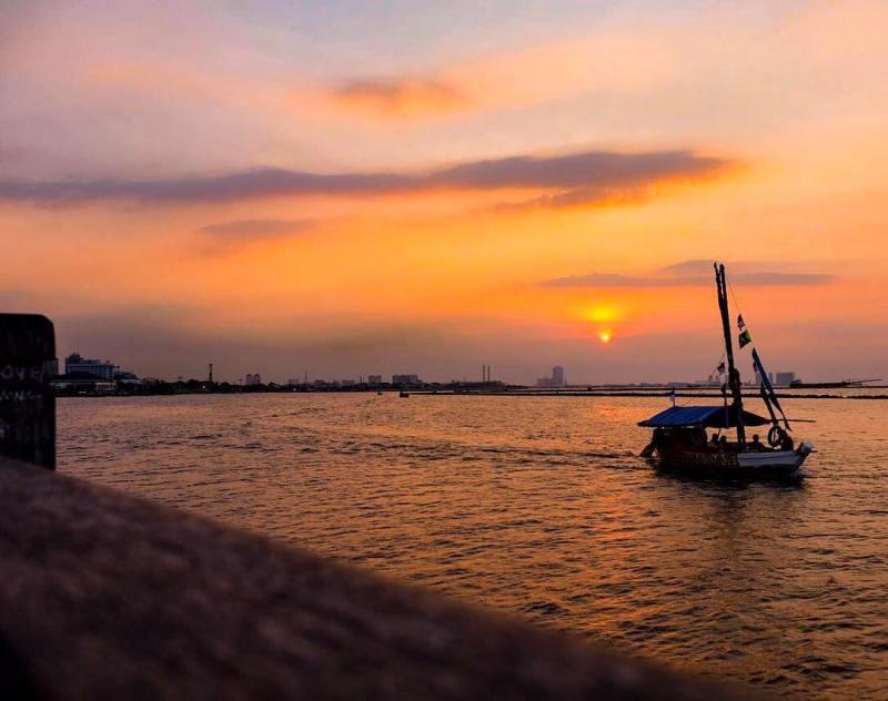 Sunset di Pantai Ancol via @aroem_journey