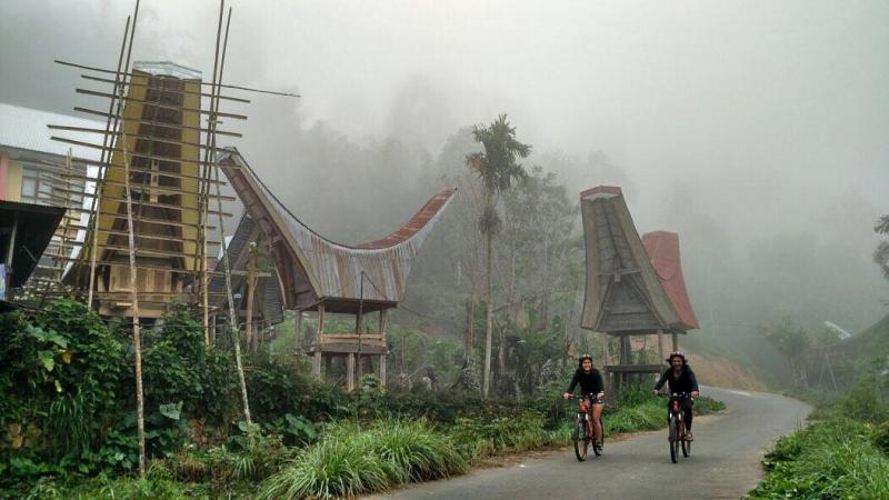 Salah satu aktifitas wisata di Toraja yang menyenangkan adala bersepeda by @nataschaule