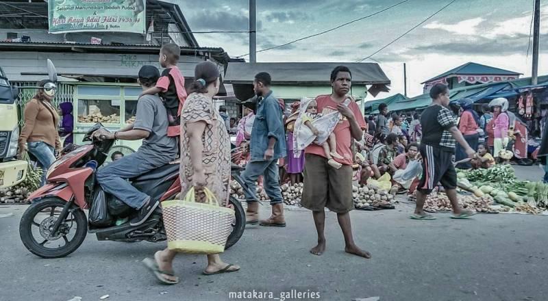 Suasana pasar tradisional di kota Timika via @matakara_galleries