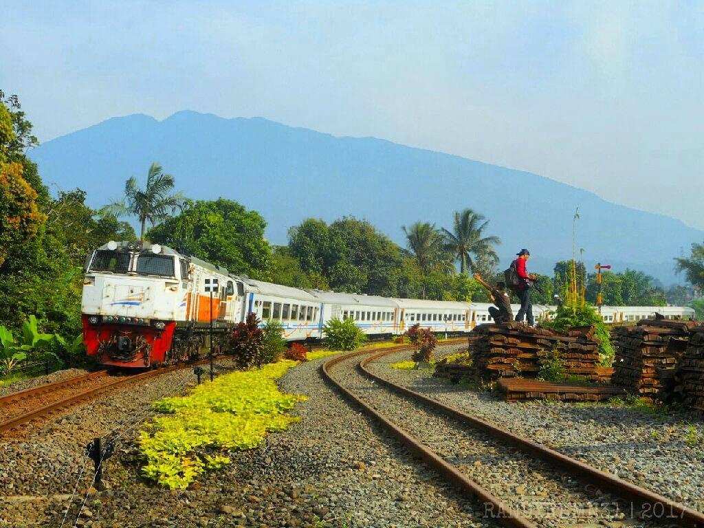 Kereta api Pangrango 392 melayani rute Bogor - Sukabumi via @randyrhmn31