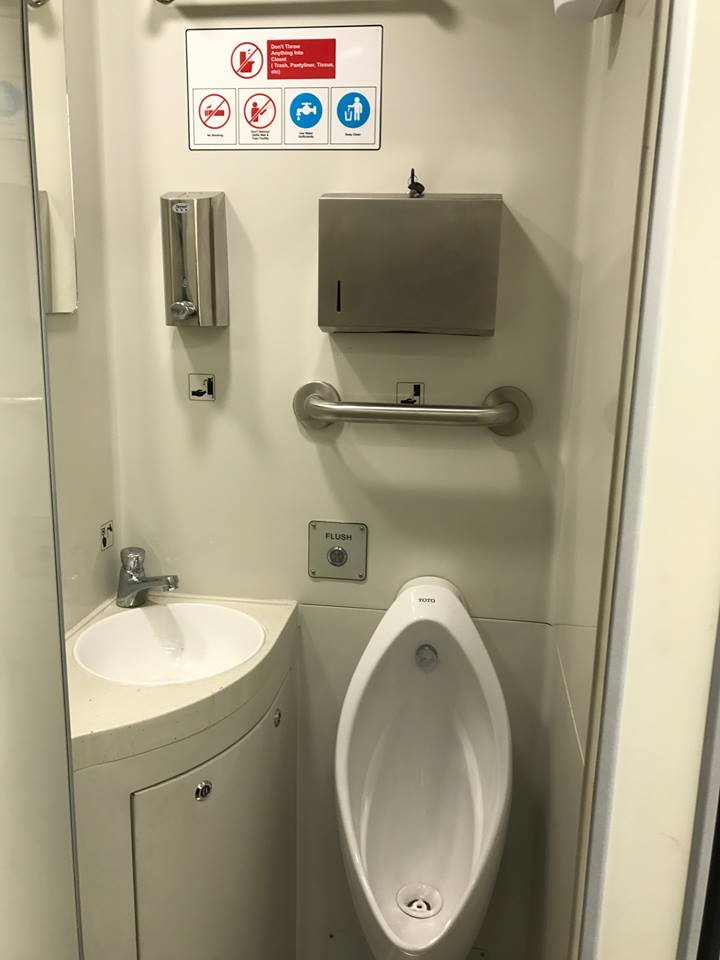 Fasilitas toilet dalam KA Bandara Soekarno-Hatta