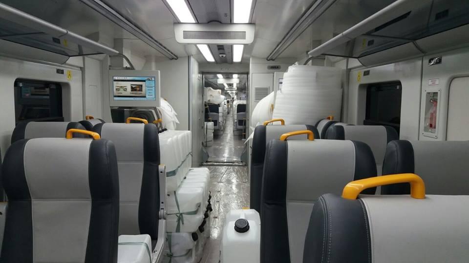 Interior kereta didominasi warna-abu-abu