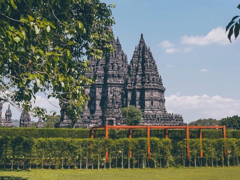 Kamu bisa pergi ke candi hindu terbesar di Indonesia ini dengan transportasi umum. via @ci.chill