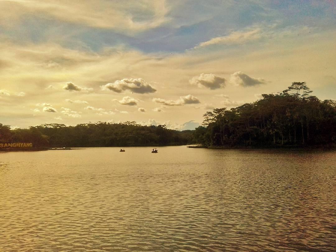 Objek wisata Situ Sanghiang berada di Desa Cibalanarik dan Desa Cilolohan Kecamatan Tanjungjaya!