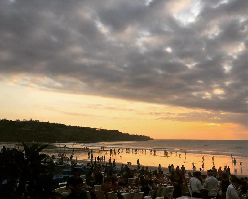 Salah satu kegiatan yang bisa dilakukan di Pantai Jimbaran adalah makan di tepi pantai! via @strippolimarina