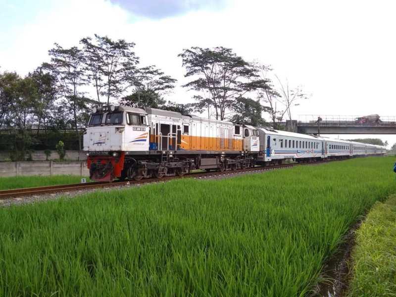 Kereta api Pangrango 392 melayani rute Bogor - Sukabumi via @karunaarya740