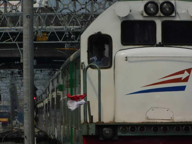 Kereta Api Menoreh, salah satu kereta api Indonesia yang dioperasikan PT KAI! via @ariaandrety54