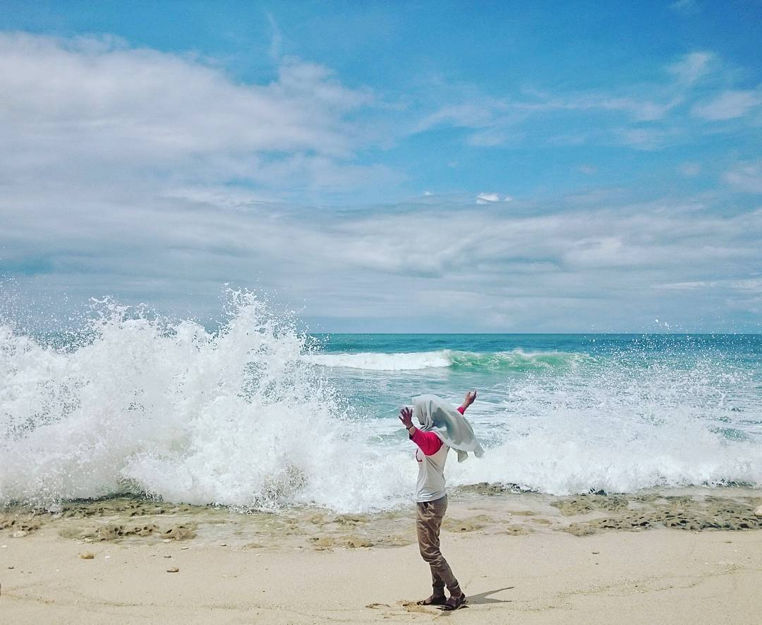Kamu bisa berburu foto kece di pantai tersembunyi Malang selatan ini.