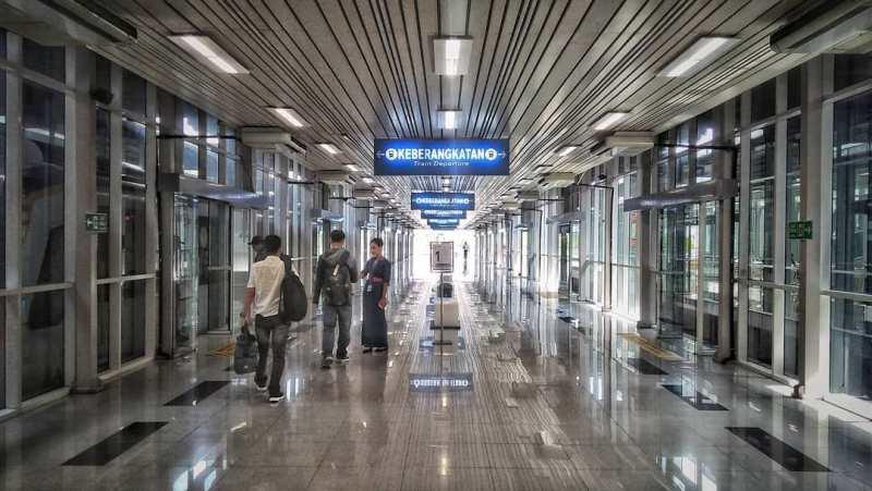 Pastikan kamu mengetahui jadwal Kereta Bandara Kualanamu Medan sebelum naik kereta api Bandara di Medan ini.