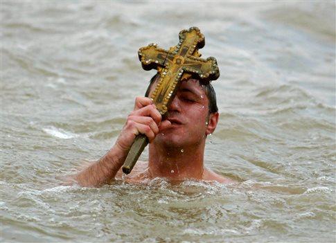 perierga.gr - Ήθη και έθιμα της γιορτής των Θεοφανίων!