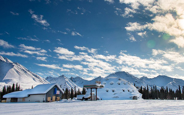 perierga.gr - Eγκαταλειμμένο ξενοδοχείο στην Αλάσκα έχει για «επισκέπτες» άγρια ζώα!