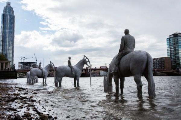 "perierga.gr - Οι ""καβαλάρηδες"" του Λονδίνου που χάνονται με την παλίρροια!"
