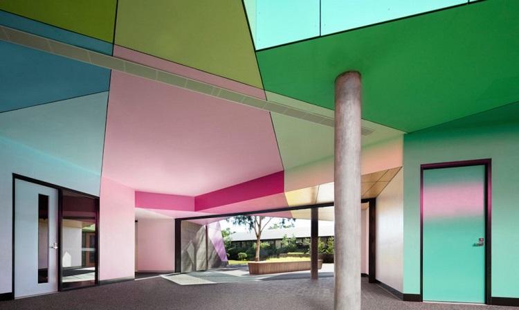 Perierga.gr - Σχολείο κρύβει μέσα του όλα τα χρώματα του καλειδοσκοπίου!