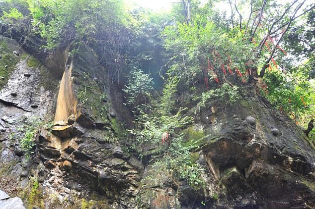 perierga.gr - Μυστηριώδες βουνό στην Κίνα... γεννά βράχους!