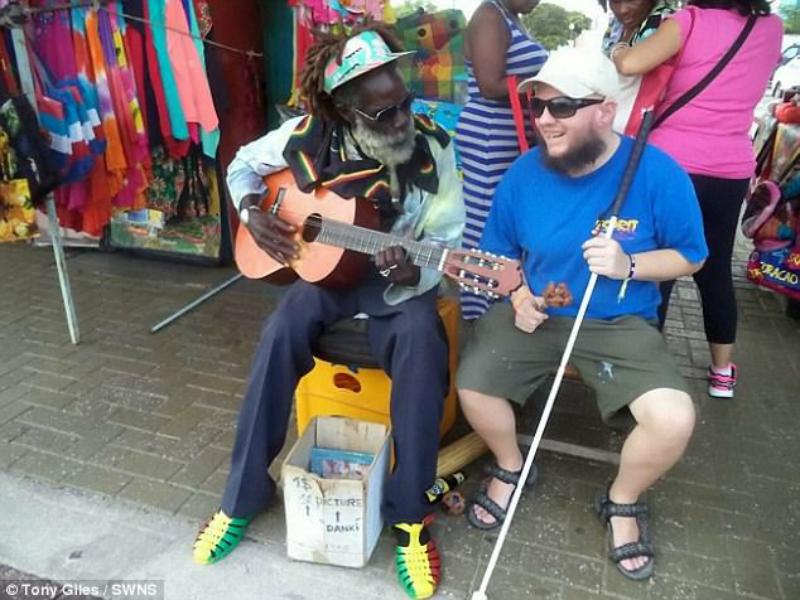 Perierga.gr-Τυφλός και κωφός ταξιδιώτης έχει γυρίσει 125 χώρες μόνος του