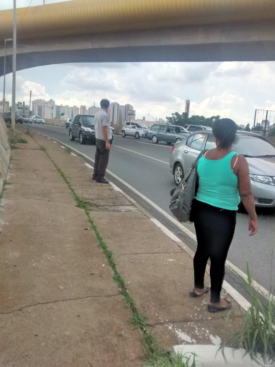 Moradores de favelas da Vila Prudente se arriscam para atravessar embaixo de viaduto