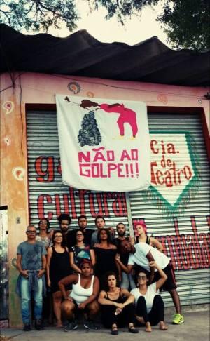 Artistas do Grajaú em manifesto contra o 'golpe' (Foto: Reprodução Facebook / Cia Humbalada de Teatro)