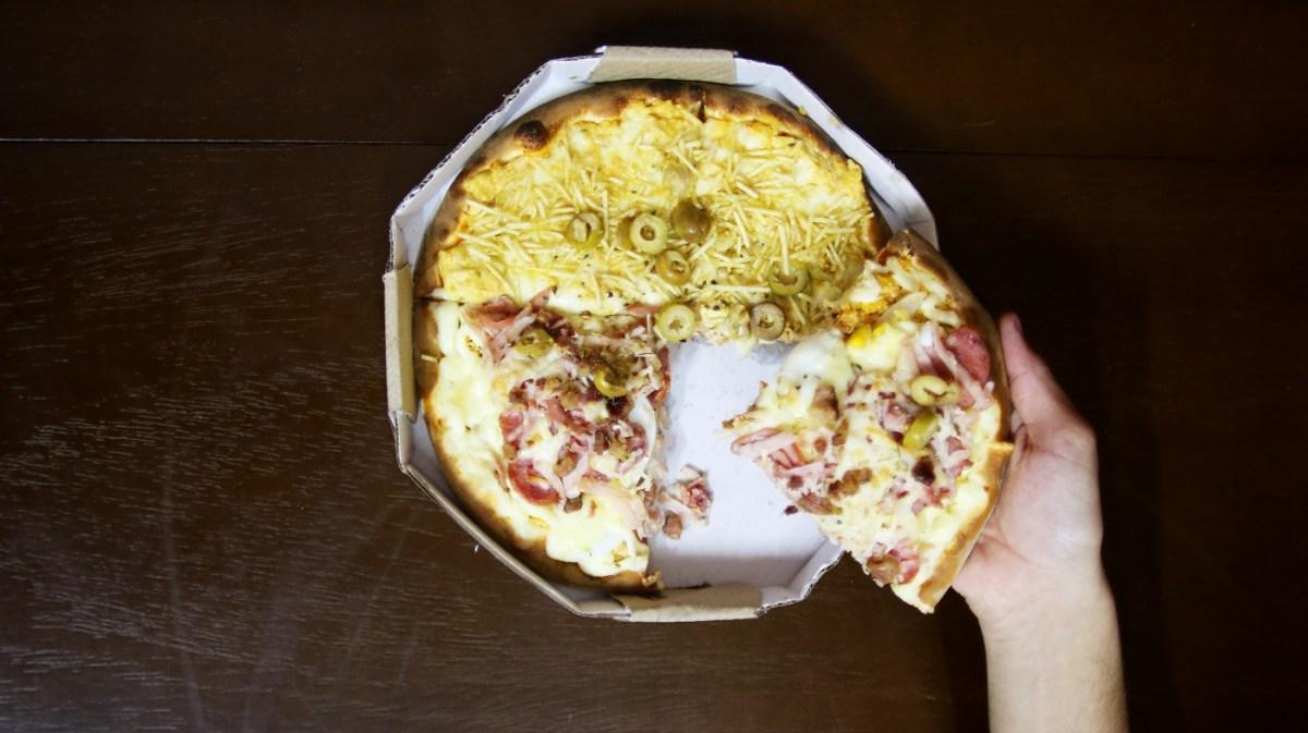 O que a pizza de X-tudo, a Da Vilma e a Da Viviane têm em comum?