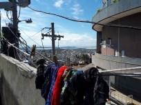Laje da Casa Brota com vista para a estação do desativado teleférico do Alemão