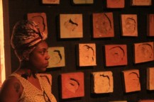 No Museu da Maré, um dos espaços agrega pedaços de paredes perfuradas por balas (foto: Periferia em Movimento)