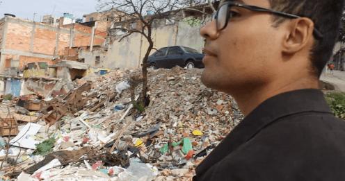 Vinicius, diante dos escombros de antiga casa no Jardim Prainha: nada foi construído no lugar (Foto: Thiago Borges/Periferia em Movimento)