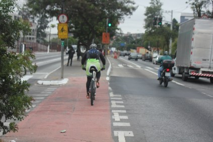 Ciclovia da Teotônio Vilela: falta conectividade com outras vias ( (Foto: Thiago Borges/Periferia em Movimento)