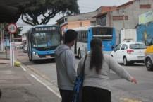 Avenida Hum, São José: a ciclovia é interrompida quando chega o ponto de ônibus (Foto: Thiago Borges/Periferia em Movimento)