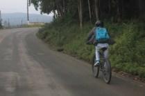 Renan Victor usa a bike uma vez por semana e economiza R$ 45 por mês (Foto: Matheus Oliveira/Periferia em Movimento)