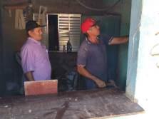 Seu Francisco, à esquerda, remove últimos itens do local que será demolido (Foto: Thiago Borges / Periferia em Movimento)