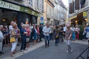 On danse et on chante dans les vieilles rues de Bergerac