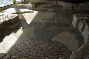 Mosaïques en écailles dans la salle cruciforme