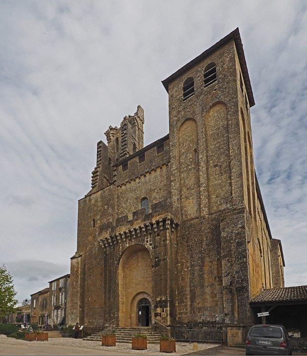 Porte fortifiée et clocher composé de deux hautes tours