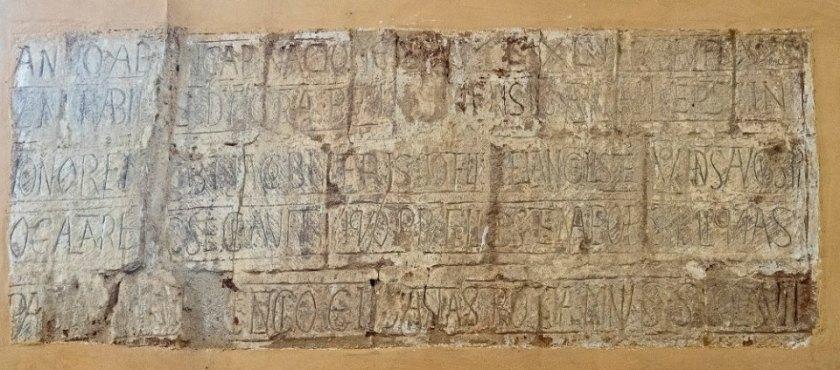Inscription sur un pilier de l'église de Saint-Avit : transfert des reliques de Saint-Avit dans l'église