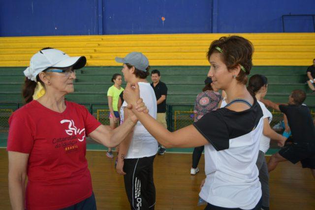 Dos de las asistentes repitiendo la técnica de 'tehodoki' (técnica que ayuda a soltar los brazos a través de un movimiento rápido) Enseñada por Sanam Alba. / FOTO DANIELA COGOLLO RODRÍGUEZ