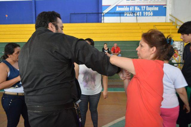 EL Instructor de Ninjutsu William Navarro González , enseñando unas de las técnicas de evasión de agarre a una integrante del evento. / FOTO DANIELA COGOLLO RODRÍGUEZ