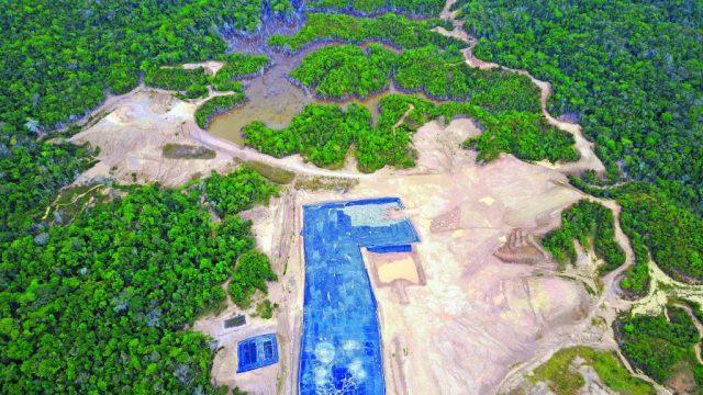 Esta es la zona que se deforestó para la construcción de Yerbabuena. La empresa actualmente ha sido demandada por tala indiscriminada de árboles, el taponamiento de los caudales de los humedales cercanos y por construir este vertedero en zona de reserva de especies en vía de extinción. FOTO SUMINISTRADA.