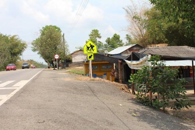 La escuela de la vereda Patio Bonito está a una calle de distancia del basurero Yerbabuena. Una de las denuncias de la población es que los niños deben ir a estudiar utilizando tapabocas, pues los malos olores son recurrentes en la zona. FOTO SUMINISTRADA